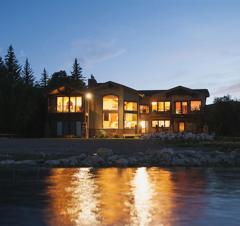 Tuto_cabin_lake_Twilight_and_lit_house.jpg